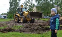 В Коломне «команда Русских» обустроила территорию под размещение детской площадки (22.05.2016)