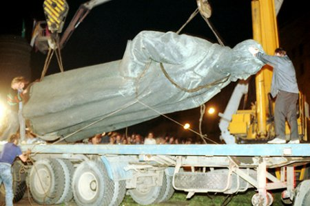 Как сносили памятник Дзержинскому
