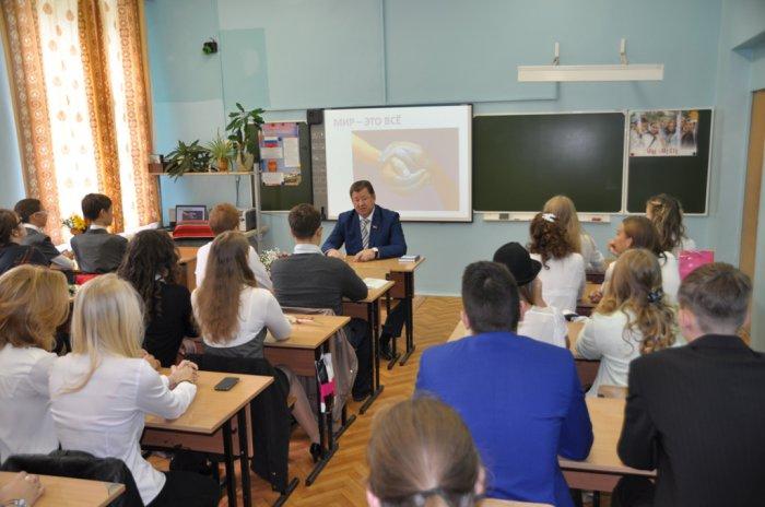 В День знаний коммунисты поздравили школьников с началом учебного года