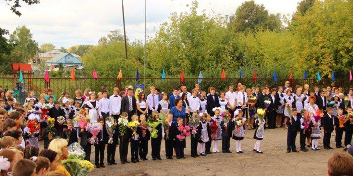 Депутат Мособлдумы Виталий Федоров поздравил с Днем Знаний учеников и учителей старейшей школы Талдомского района