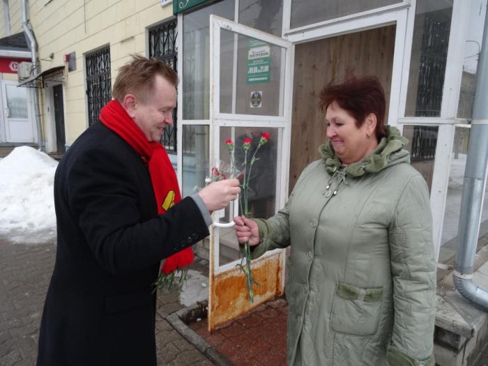 Сергиево-посадские коммунисты и комсомольцы 6 и 7 марта поздравили женщин
