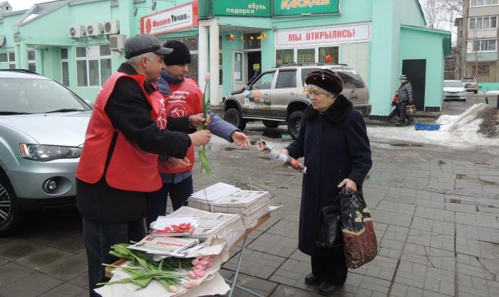 «Дарите женщинам цветы»: в Коломне по инициативе депутата Госдумы Алексея Русских прошла праздничная акция