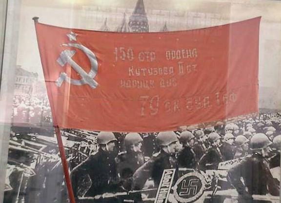 Единороссы против Знамени Победы