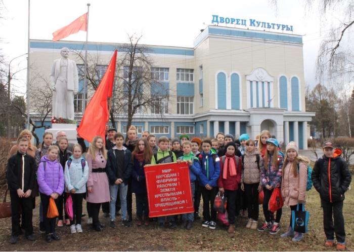 Красноармейские коммунисты возложили цветы к памятнику В.И. Ленина