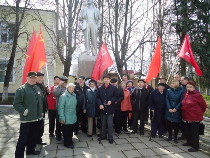 Коммунисты Рузы возложили цветы к памятнику В.И. Ленину