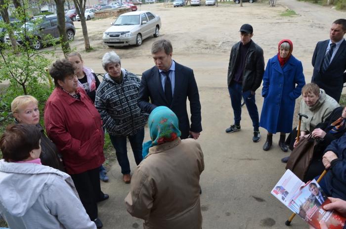 «Заставим власть работать»: депутат Госдумы А.Ю. Русских по жалобам жителей села Ашитково посетил проблемный дом (видео)