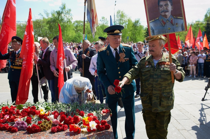 Сергиев Посад. Коммунисты отметили День Победы торжественным шествием и возложением цветов