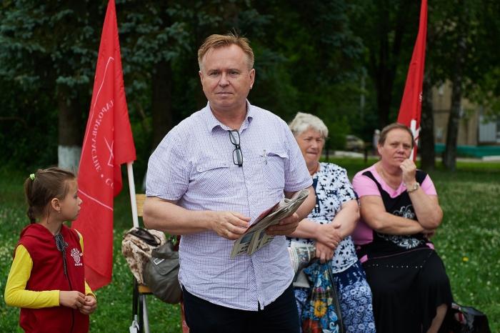 Дождь - не помеха.  Коммунисты провели встречи в Краснозаводске