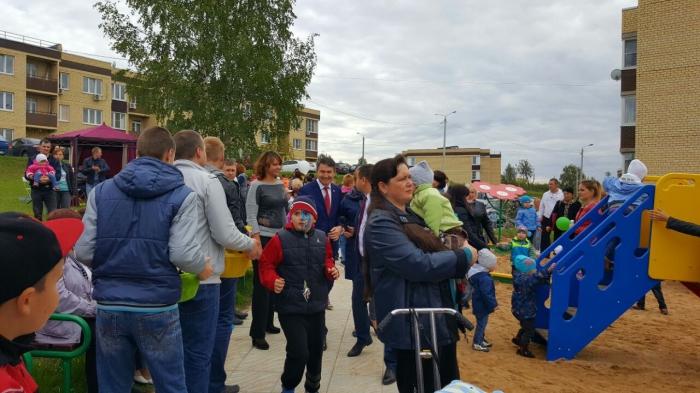 Дмитрий Кононенко принял участие в церемонии открытия детской площадки в Дмитрове