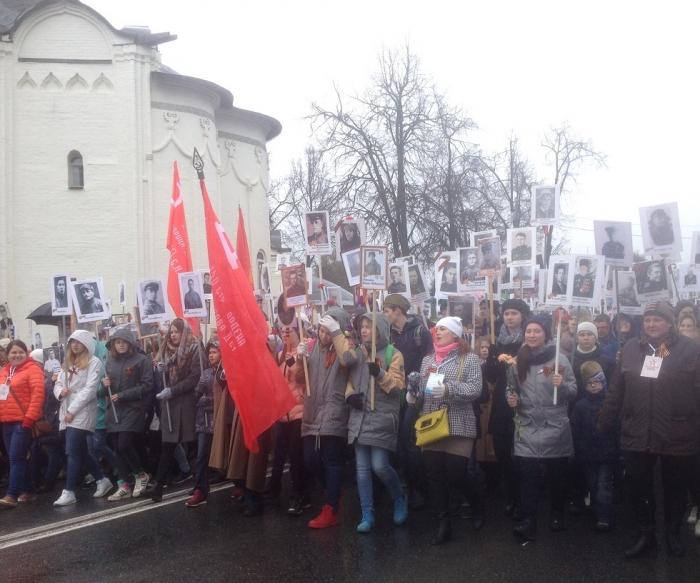 Коммунисты пронесли Знамя Победы во главе
