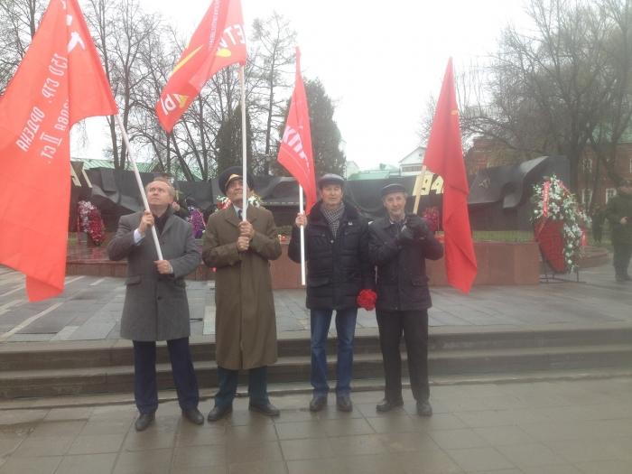 """Коммунисты пронесли Знамя Победы во главе """"Бессмертного полка""""!"""