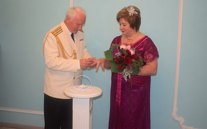 Свадьба коммунистов пела и плясала