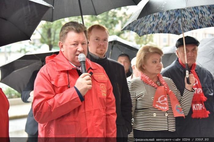 В Москве прошла акция КПРФ против враждебных действий американского руководства в отношении России