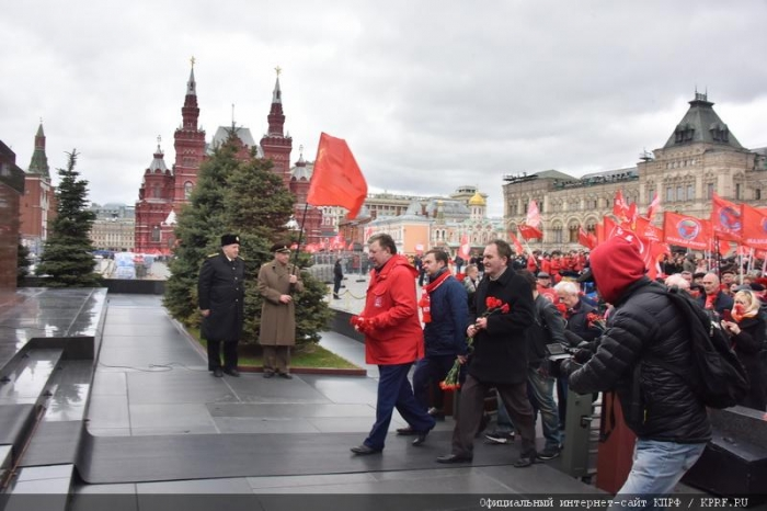 Коммунисты возложили цветы к Мавзолею В.И. Ленина