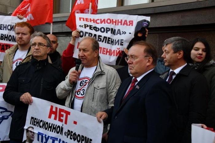«Нет пенсионному геноциду!» Депутаты-коммунисты провели встречу с избирателями у стен Государственной Думы