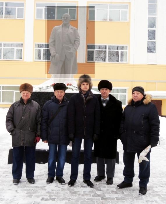 Коломна. Красные гвоздики и розы к памятникам В.И. Ленину