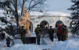 Депутат-коммунист Александр Наумов помог обустроить сквер и мемориальный комплекс