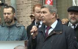 «Дерипаску под суд». Депутат-коммунист Константин Черемисов выступил на пикете в Москве.