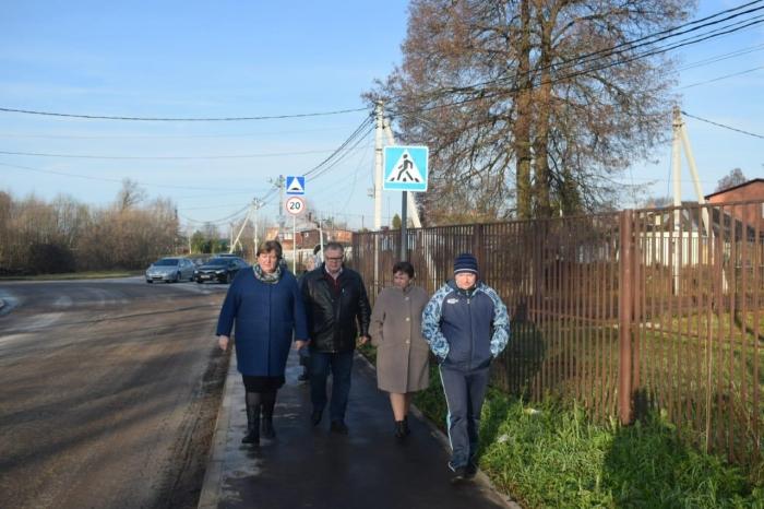 Александр Наумов проверил обустройство тротуаров в деревне Образцово г.о. Домодедово