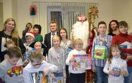 Почти 40 именных подарков получили сегодня, 27 декабря, дети в щёлковском отделении КПРФ