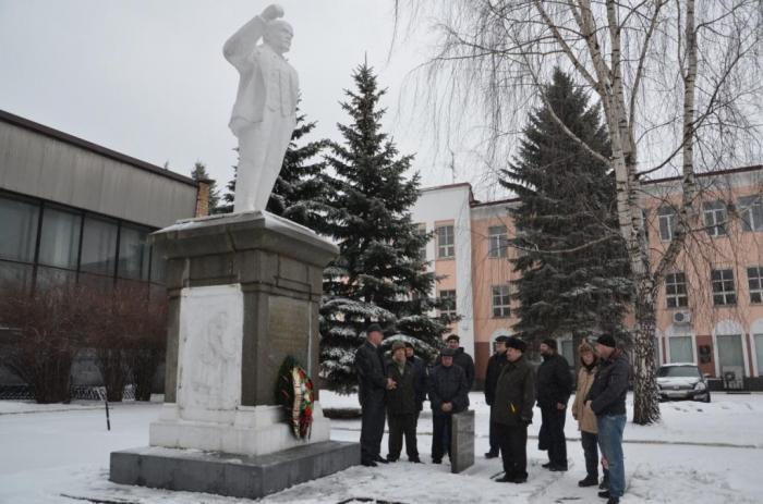 Коммунисты Ногинского ГК КПРФ возложили цветы к памятнику В.И. Ленина