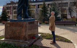 Дмитровские коммунисты и комсомольцы возложили цветы к памятнику Ленина
