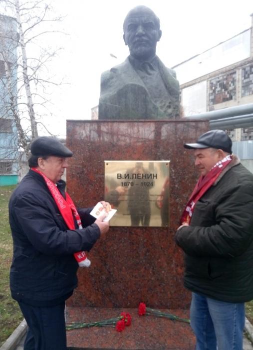Коммунисты Каширы возложили цветы к памятнику В.И.Ленина