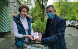 Сергиево-Посадские коммунисты вручают медали ветеранам