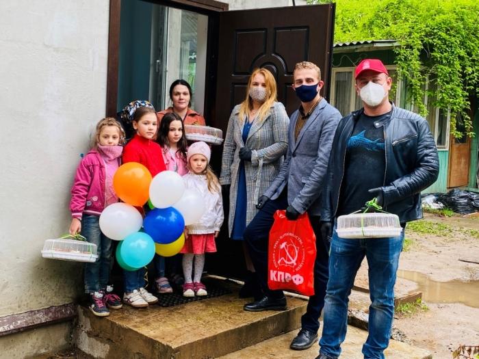 Королёвские коммунисты поздравили детей
