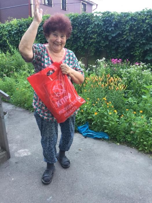Королёвские коммунисты доставляют нуждающимся людям продуктовые наборы