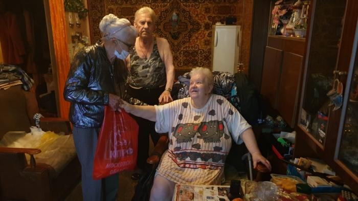 В Рузе коммунисты раздали наборы продуктов пожилым людям