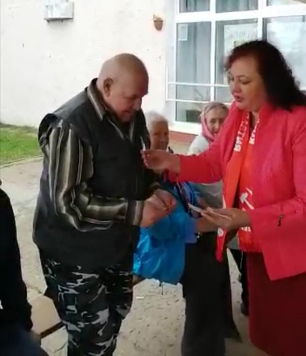 Лотошинские коммунисты продолжают работу по вручению новых удостоверений «Дети войны»