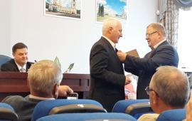 Депутат-коммунист Александр Наумов вручил награду регионального парламента депутату Подольского Горсовета Артуру Королькову