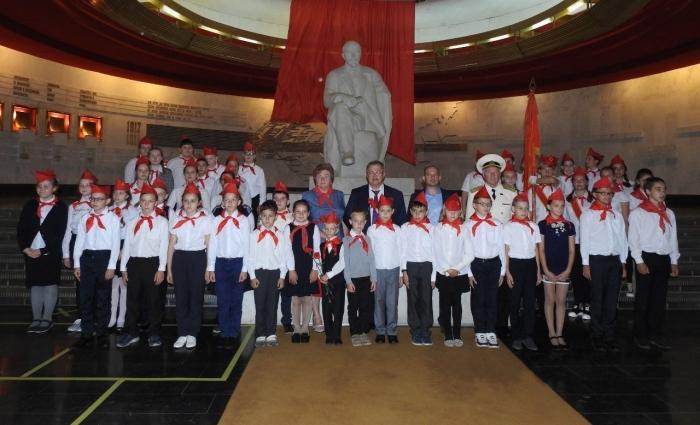 Депутат-коммунист Александр Наумов принял участие в торжественном приёме в пионеры в Горках Ленинских
