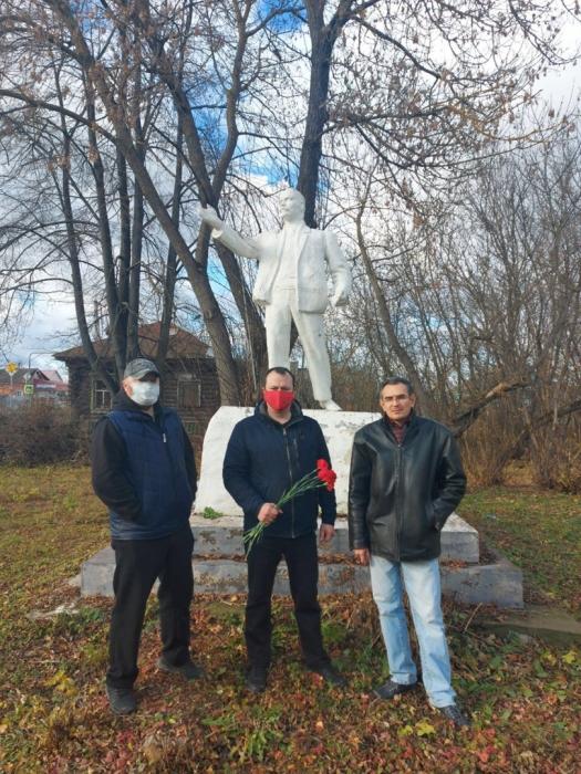Коммунисты г.о. Орехово-Зуево отметили день Великого Октября возложив цветы к памятнику В.И. Ленина