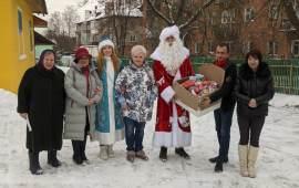 Лосино-Петровские коммунисты вручили новогодние подарки