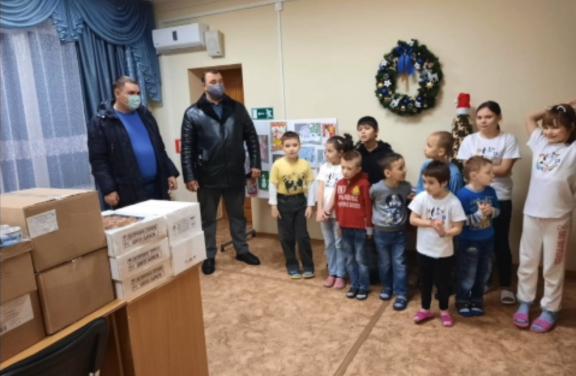 Коммунисты Чехова раздают подарки детям