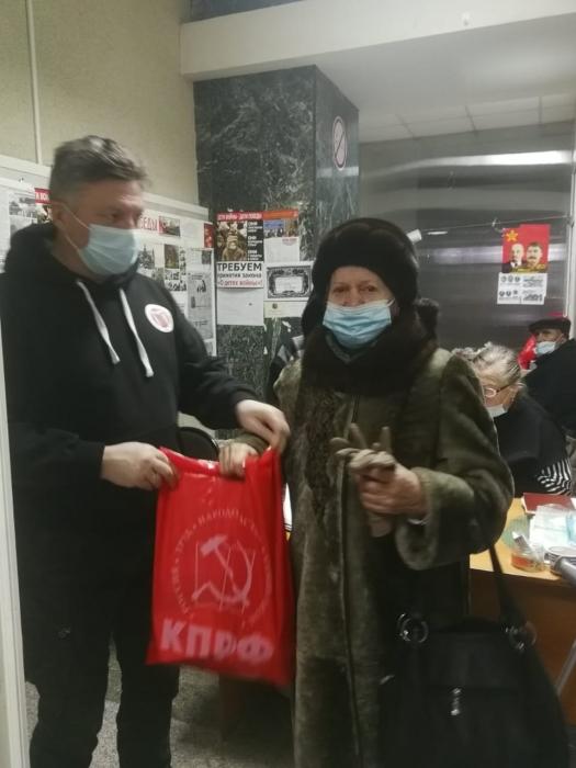 Сергиево-Посадские коммунисты поздравили Детей войны с наступающим Новым годом