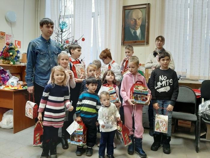 Подольские коммунисты поздравили детей с Новым годом