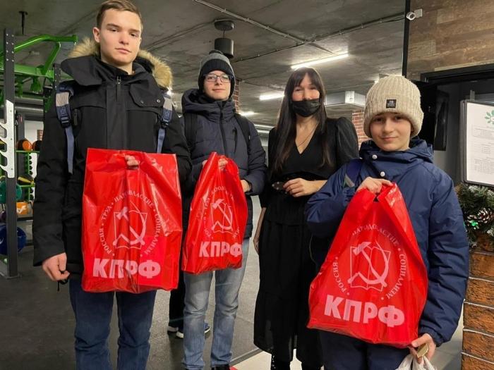 Коммунисты Лобни раздают подарки к Новому году