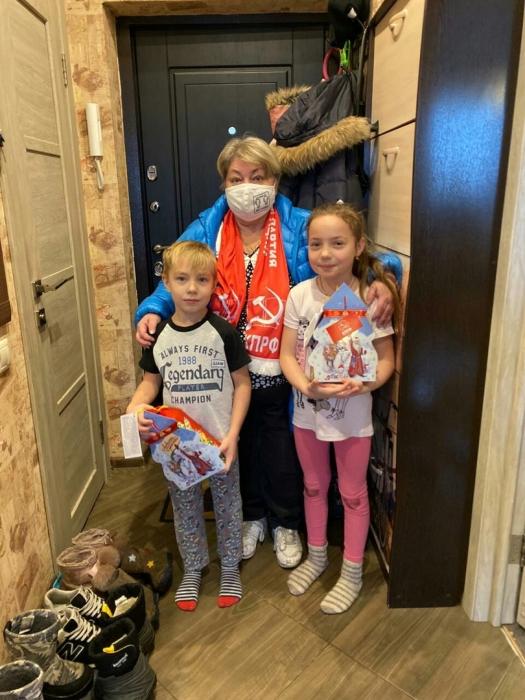 Новогодний марафон: Щёлковские коммунисты подарили праздник детям