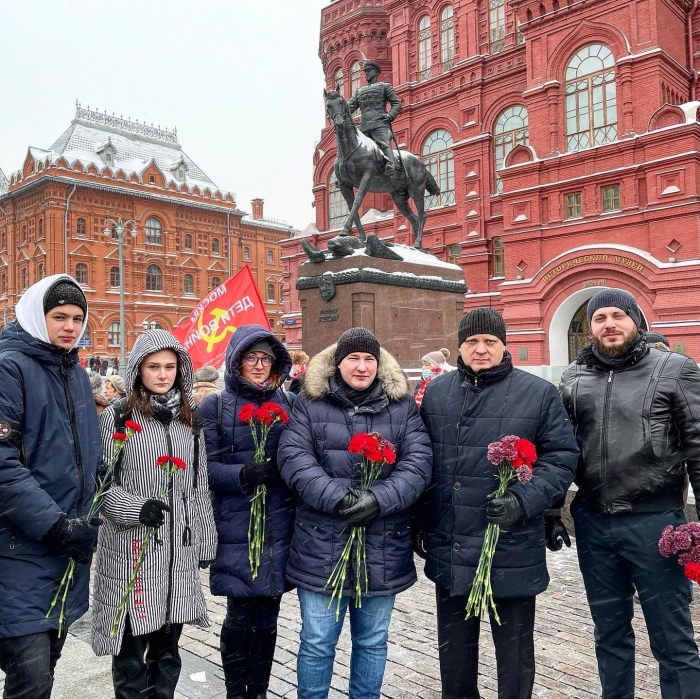 Память о Ленине передадим из поколения в поколение!