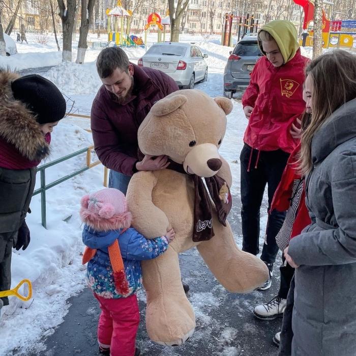 Радость маленькой жительнице Балашихи принесли коммунисты!