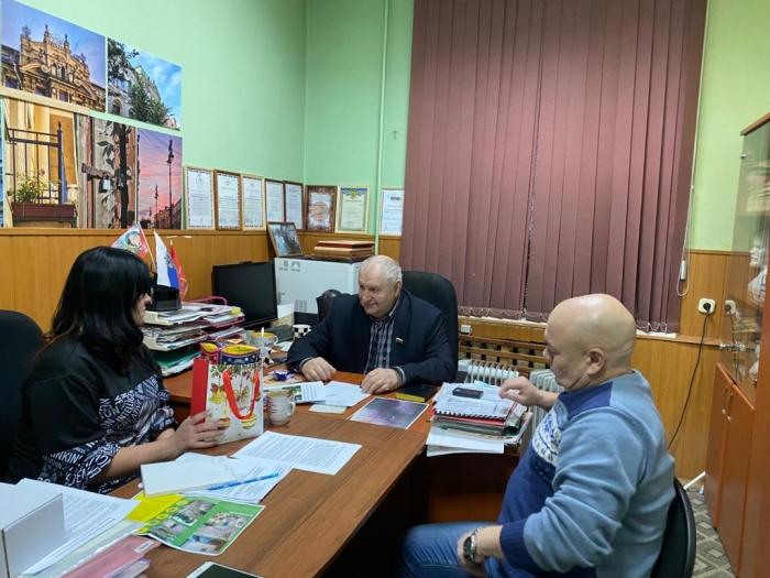 Депутат-коммунист Евгений Добровольский протягивает руку помощи жителям