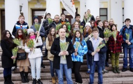 Коммунисты Сергиева Посада подарили женщинам цветы