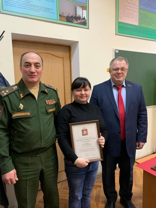 Депутат-коммунист Александр Наумов поздравил сотрудниц Домодедовского военкомата