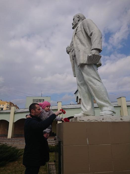 Клинские коммунисты возложили цветы к памятникам Ленина