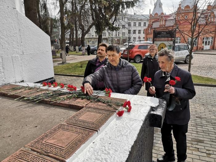 Сергиево-Посадские коммунисты возложили цветы к памятнику В.И. Ленину