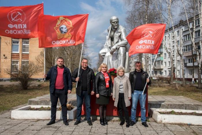 Ленин - жил. Ленин - жив. Ленин - будет жить!
