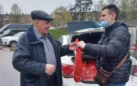Коммунисты Пушкино поздравили ветеранов ВОВ и детей войны с наступающим 9 Мая